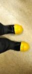 on protège nos pieds avec des caps d'acier portatifs :)