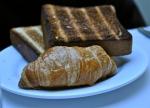 Croissant et pain grillé au restaurant L'Express