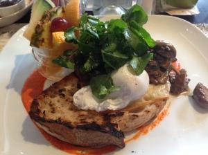 Champi : Oeufs pochés, croute campagnarde, Fromage Le Mamirolle, champignons à la sauge et compote de poivron